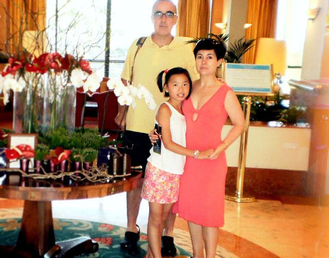 Los padres de la mujer empezaron a insistirles con la adopción. Querían ser abuelos. Finalmente en 2001 viajaron a China a buscar a su hija. Tenía nueve meses y se llamaba Yong Fang. Ellos se enamoraron de la bebé, le pusieron de nombre Asunta y volvieron los tres felices a España (Imagen Antena 3)
