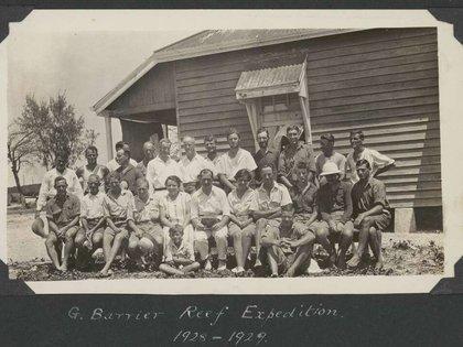 El grupo de científicos que hizo la primera expedición a la Gran Barrera, entre 1928 y 1929, en Low Islands. (CM Yonge/Biblioteca Nacional de Australia)