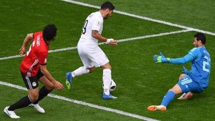 Luis Suárez intenta nuevamente frente a la portería egipcia (AFP)