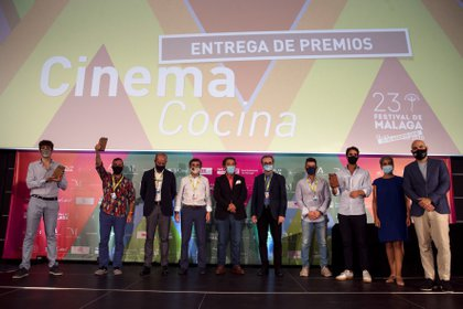 El director del Festival de Málaga, Juan Antonio Vigar (5d), posa en foto de familia con los premiados con las Biznagas de Plata en el I Concurso de Documentales Cinema Cocina. EFE/Jorge Zapata.
