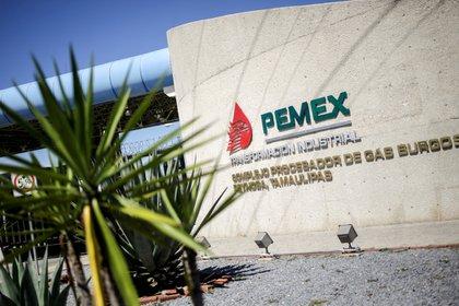 Pemex busca guardar su producción en distintos lados y una de sus opciones es la renta de buques, incluso cuando ello conlleve más gasto (Foto: Reuters)