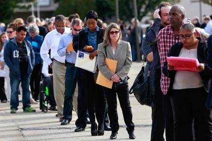 Personas forman una fila en una feria de empleo en Nueva York (Reuters)
