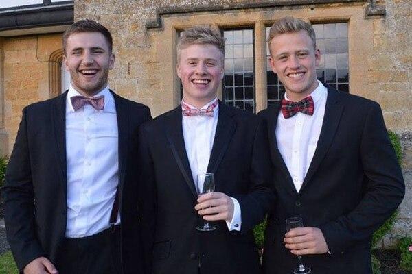 Ted, en el medio, junto a dos amigos.