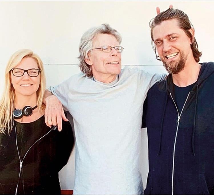 Los hermanos Muschietti junto a Stephen King