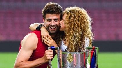 Shakira y Gerard Pique posan con la Copa del Rey en el año 2015 (Photo by David Ramos/Getty Images)