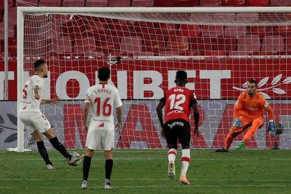 Lucas Ocampos patea el penal ante el arquero Manolo Reina y convierte el 1-0 para el Sevilla ante Mallorca (EFE/Julio Muñoz)