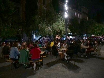 Personas en una terraza en Marsella (REUTERS/Noemie Olive)