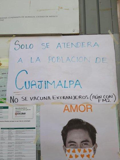 """En diversos centros de vacunación se especificó la no vacunación de """"extranjeros"""" (Foto: Twitter@ChumelTorres)"""