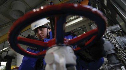 Un trabajador de Gazprom en la planta de Novoprtovskoye, ubicada en la península de Yamal. Foto: AFP.
