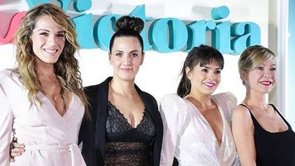 """Julieta Diaz, rodeada por Mariana Genesio, Natalie Perez e Ines Estevez, sus compañeras en """"Pequeña Victoria"""""""