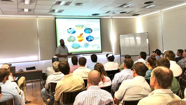 El auditorio de la empresa en Chacabuco con productores y asesores referentes.