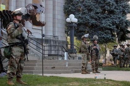 Miembros de la Guardia Nacional de Wisconsin se reúnen para una vigilia en Kenosha, Wisconsin, el 28 de agosto de 2020 (REUTERS/Brendan McDermid/Archivo Foto)