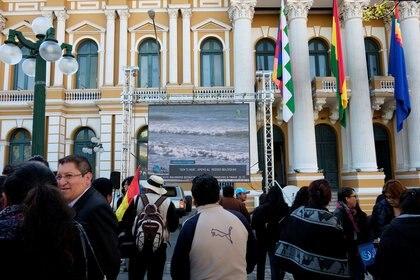 Ciudadanos bolivianos se reúnen en La Paz para dar seguimiento al fallo de la CIJ (Reuters)