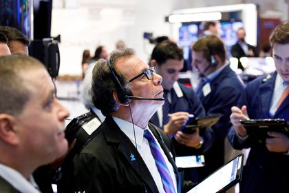 Les courtiers en valeurs mobilières travaillent à la Bourse de New York, aux États-Unis.  EFE / Justin Lane / Archives