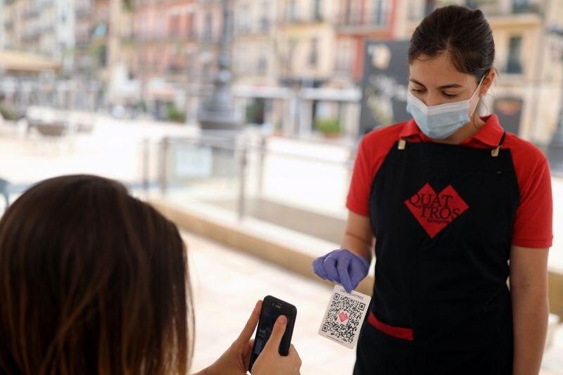 FOTO DE ARCHIVO: Una cliente escanea el men