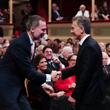 El rey Felipe VI de España (a la izquierda) saluda al presidente de Argentina, Mauricio Macri, durante la ceremonia inaugural del VIII Congreso Internacional de la Lengua Española, el 27 de marzo de 2019. (Foto: Cortesía Presidencia)