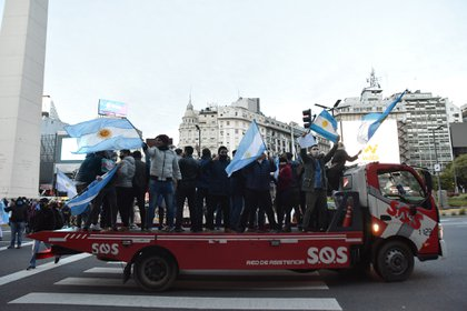 La mayoría de los manifestantes salió con banderas y remeras argentinas