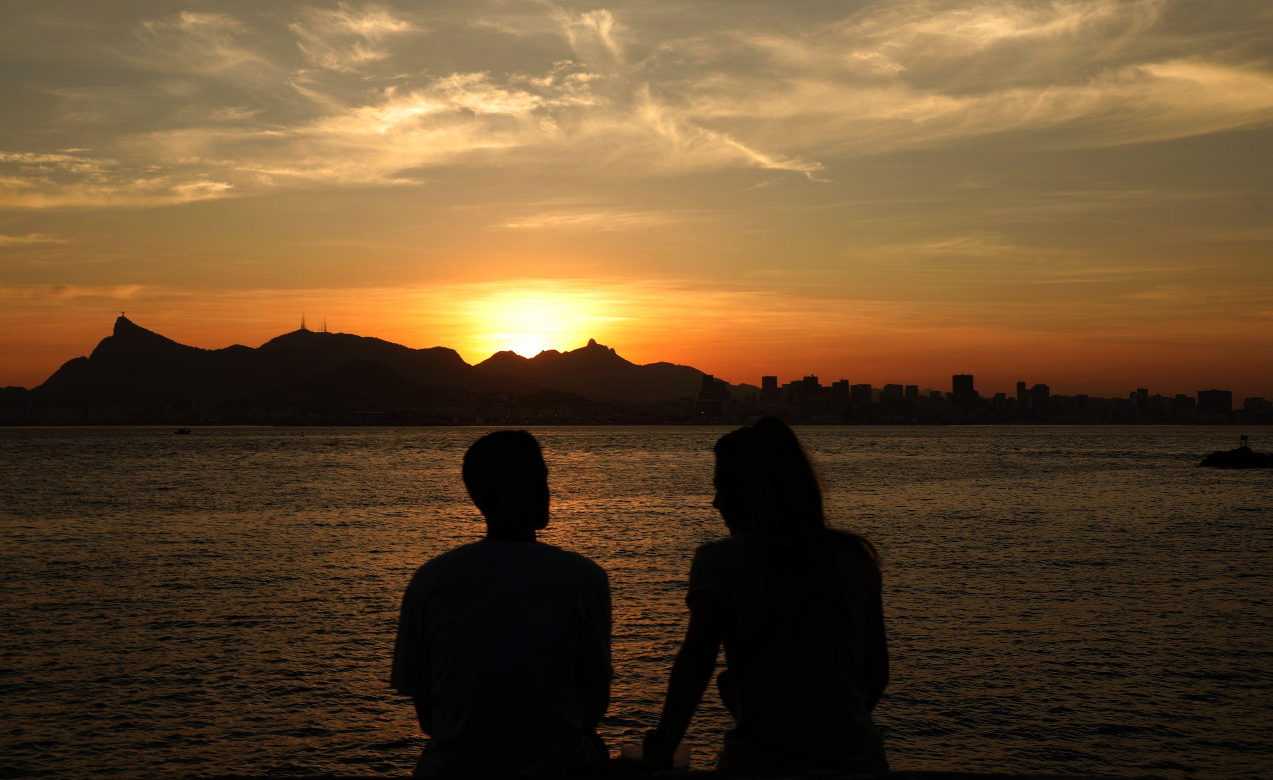 Vista del atardecer hoy en la Bahía de Guanabara en Rio de Janeiro (Brasil). EFE/Fabio Motta