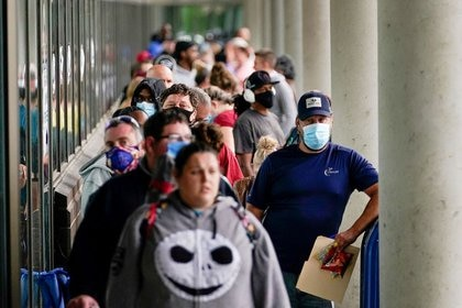 Hundreds of people line up in front of a Kentucky Career Center hoping to find help with their unemployment claim in Frankfort, USA, June 18, 2020. REUTERS / Bryan Woolston