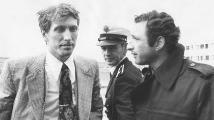 Fischer dialoga con el autor de la nota, enviado especial de la revista El Gráfico a cubrir el encuentro que dirimía mucho más que el cetro del ajedrez.