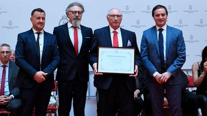 Ernesto Cherquis Bialo recibe su diploma rodeado de los senadores Julio César Catalán Magni, Alfredo Luenzo y Carlos Espínola, en el Congreso de la Nación.