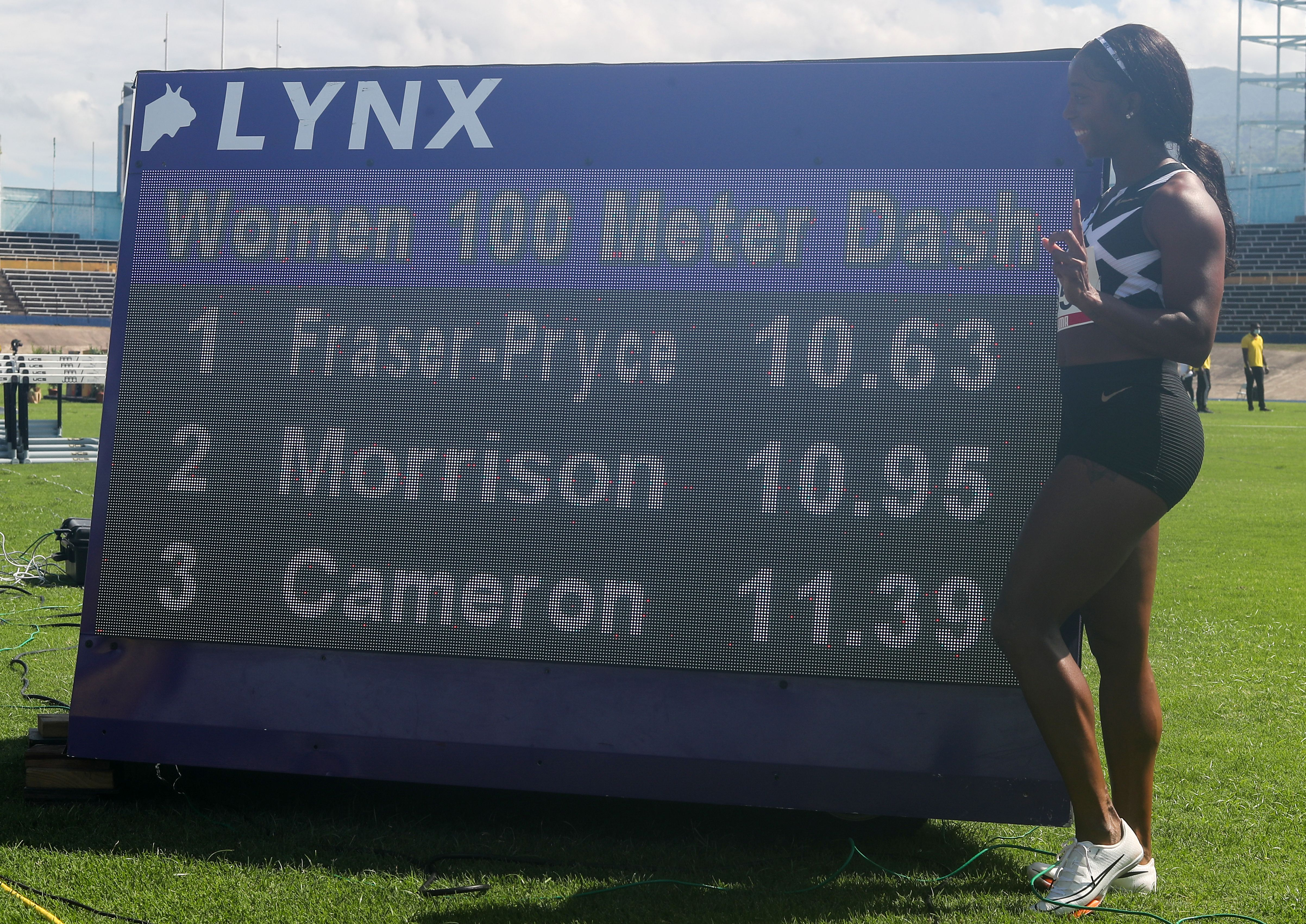 Shelly-Ann Fraser-Pryce posa junto a los tiempos de la carrera que la hizo pasar a la historia (Foto: REUTERS)