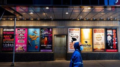 Vista de carteles de shows en teatros de Broadway cerca a Times Square en Nueva York (EFE/Justin Lane/Archivo)