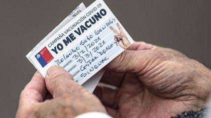 Certificado de vacuna china Sinovac aplicada en Santiago de Chile (AP Photo/Esteban Felix)