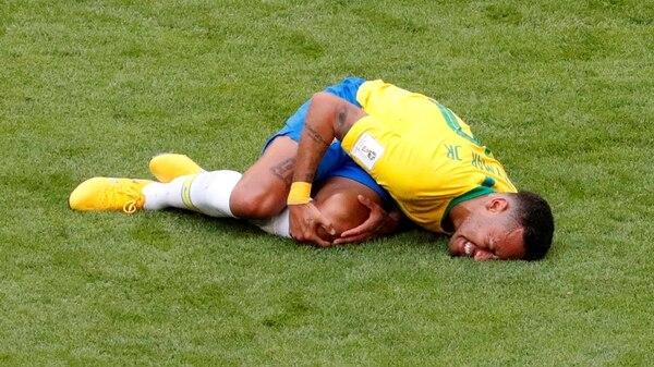 Neymar tendido en el suelo mientras finge una lesión (Reuters)