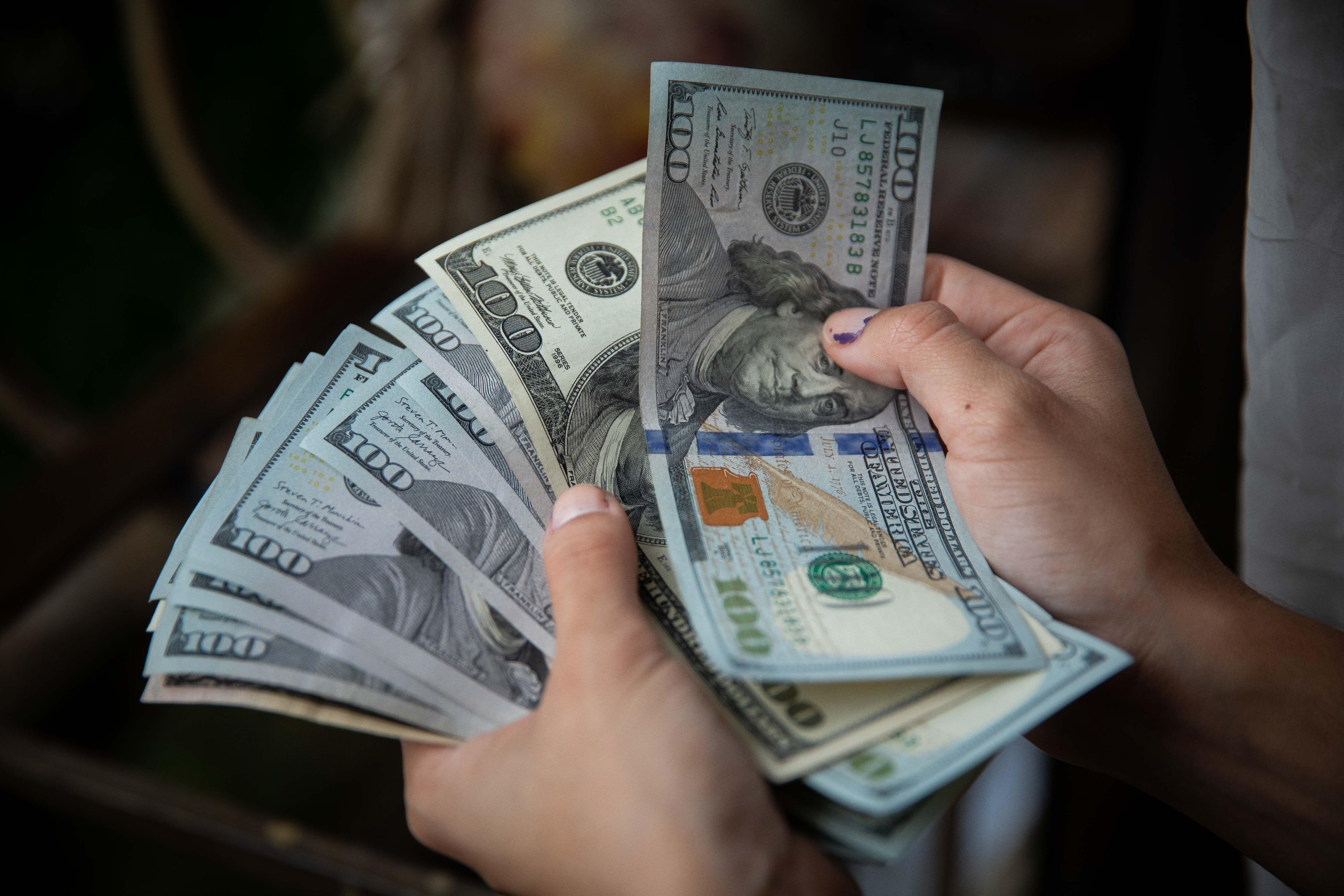 """El denominado """"dólar blue"""" (mercado informal minorista) avanzó este miércoles 3,50 pesos y cerró a 187 pesos para la venta. Fotografía de archivo. EFE/Rayner Peña R."""