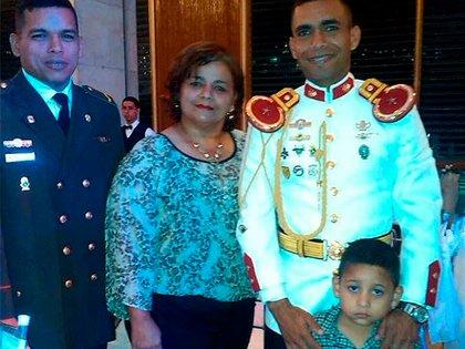 Jeffesorn José Bravo con su mamá y hermano menor en la graduación de Roberto Carlos