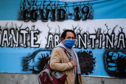 Una persona con tapabocas camina por las calles este miércoles en la Ciudad de Buenos Aires (Argentina). EFE/ Juan Ignacio Roncoroni