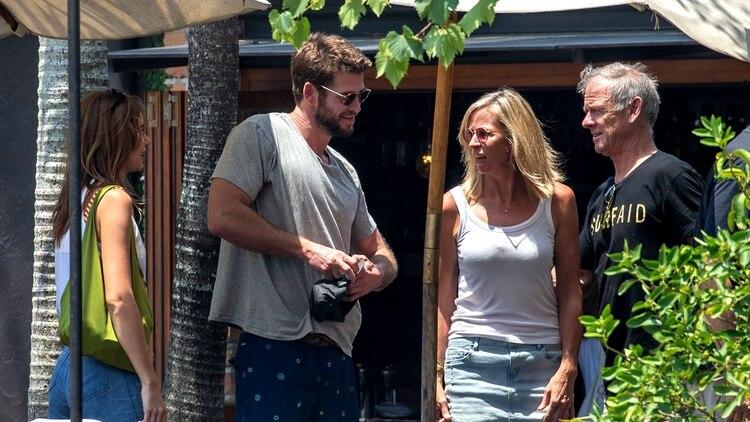 Liam Hemsworth almorzó en Australia junto a sus padres y su novia, Gabriella Brooks (Grosby Group)