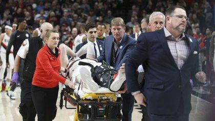 Jusuf Nurkic fue retirado en camilla y ovacionado por el público tras lesionarse gravemente la pierna izquierda (AP)