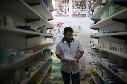 La farmacias de todo el país operan online y recibirán las listas de precios actualizadas con los valores vigentes al 6 de diciembre (REUTERS/Agustin Marcarian)