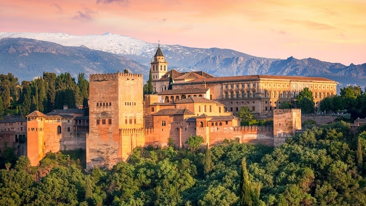 La Alhambra en el atardecer. En Granada, es uno de los museos más visitados por los turistas