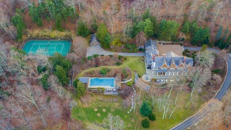Vista aérea de la propiedad, que cuenta con jardín privado, cancha de tenis, piscina y cabañas para huéspedes (Douglas Elliman)