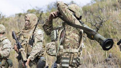 Soldados con equipamiento y munición de guerra