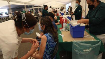 México suma cuatro días consecutivos con más de medio millón de dosis contra COVID-19 aplicadas: SSa