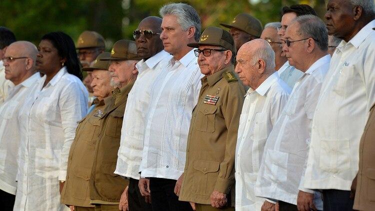 El presidente Miguel Díaz-Canel y Raúl Castro, al centro, en una celebración del aniversario de la Revolución cubana (Yamil Lage/Pool via Reuters)