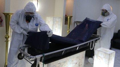 Los colaboradores en las funerarias deben utilizar equipo especial para evitar contagios. (Foto: Cuartoscuro)