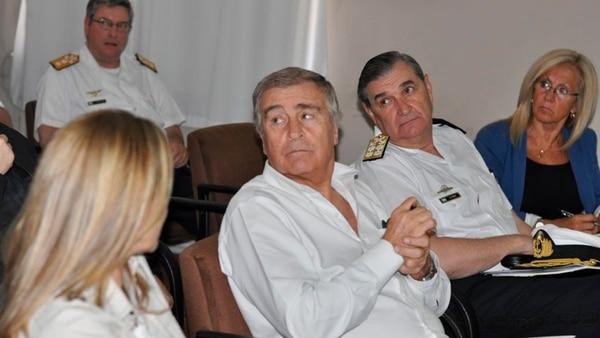 El ministro de Defensa Oscar Aguad junto a la viceministra Graciela Villata y los agregados navales de los países que colaboran en la búsqueda reunidos en Puerto Belgrano