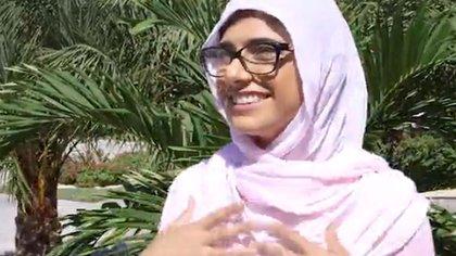 Mia tenía 21 años cuando accedió a protagonizar los videos.