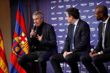 Josep Maria Bartomeu, presidente del FC Barcelona, y Eric Abidal, director deportivo, presentan al nuevo entrenador del club, Quique Setién, durante una conferencia de prensa. el 14 de enero de 2020 (Reuters/ Albert  Gea)