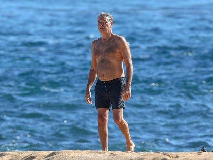 Pierce Brosnan disfruta de las playas de Hawái, donde se mudó de manera permanente. A los 67 años, la ex estrella de James Bond se mantiene en forma y saludable practicando yoga y meditación. También suele realizar buceo. Acaba de poner en venta su casa en la playa de Malibú por 100 millones de dólares (Foto: Mega / The Grosby Group)