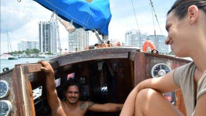 Para el cubano, que estudió Artes Plásticas y además de navegar se dedica a fotografiar gente y paisajes con una cámara de cajón Foto: Efe
