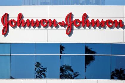FOTO DE ARCHIVO: Las oficinas de la compañía Johnson & Johnson se en Irvine, California, EE. UU., 14 de octubre de 2020. REUTERS / Mike Blake / Archivo