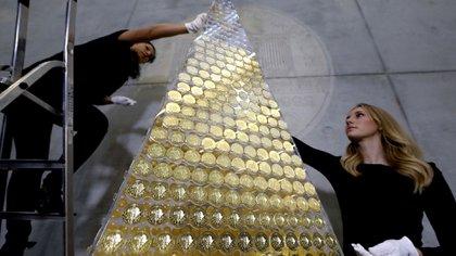 El árbol de navidad más caro del mundo tardó poco más de una hora en construirse (AP)