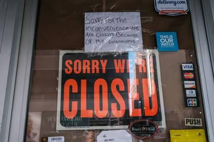 Un local cerrado debido al brote de la enfermedad de coronavirus (COVID-19) en Brooklyn Nueva York, EEUU, 26 de marzo del 2020. REUTERS/Stephen Yang