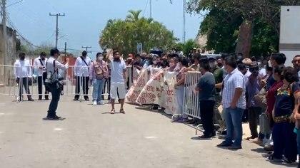 Varios jóvenes mayas se reunieron antes evento para exigir mejoras en la educación e infraestructura (Foto: Captura de video Twitter / @dalies10)